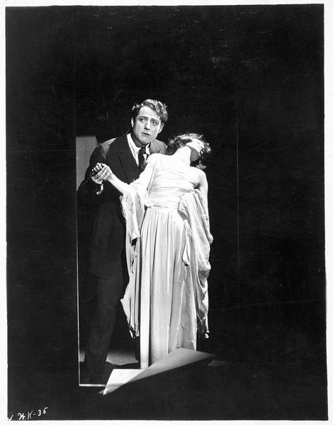 Spaulding Nelson (J. Kerrigan) retenant une jeune femme évanouie