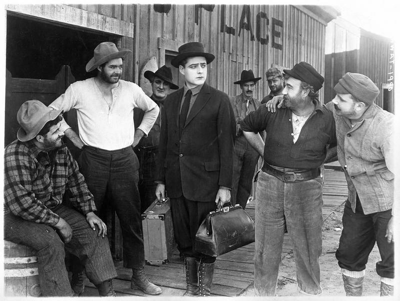 Jack Standish (J. Kerrigan) portant ses valises