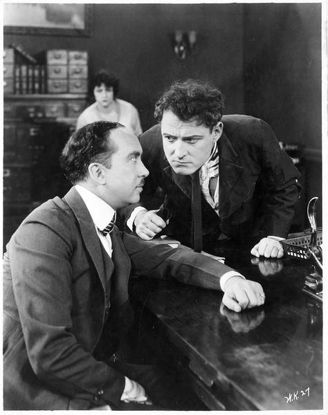 Deux hommes en tête-à-tête dans un bureau