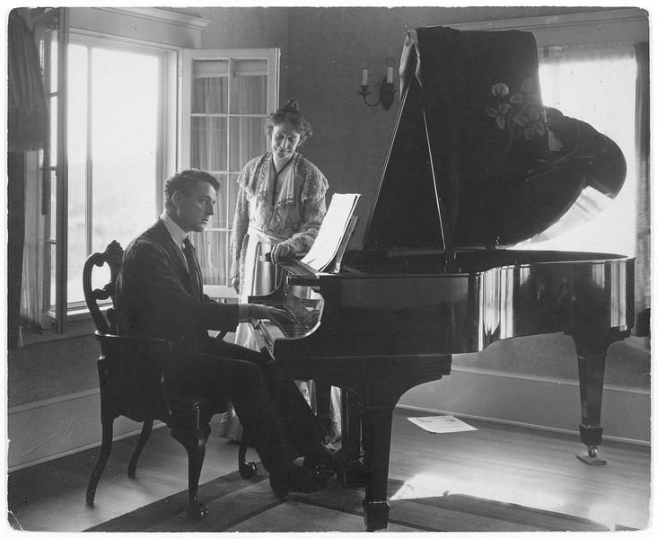 Un homme (J. Kerrigan) jouant du piano