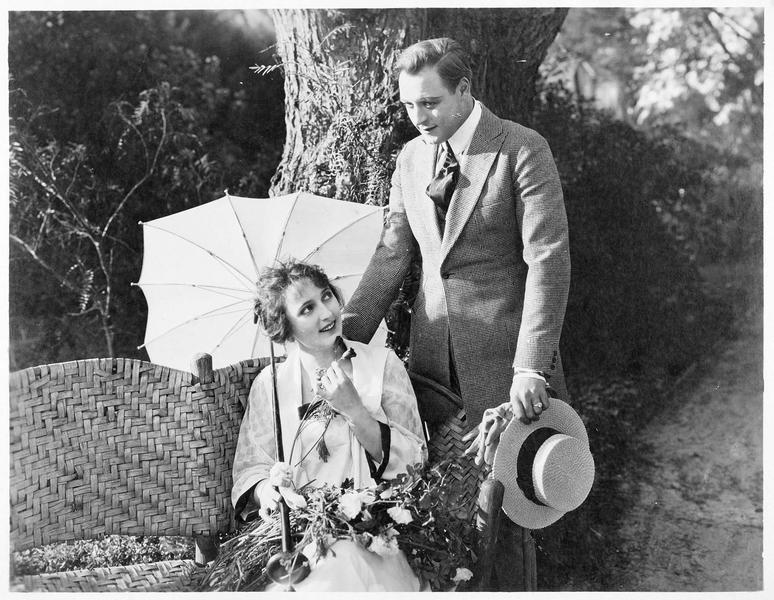 Richard Hudson (H. Lockwood) en compagnie de Frances Kirkland (C. Myers)