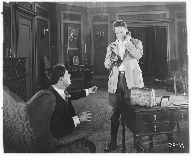 Jimmy Clunder (W. Russell) au téléphone