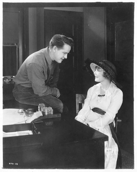 Le capitaine November Jones (W. Russell) et Nedra Joseph (W. Westover)