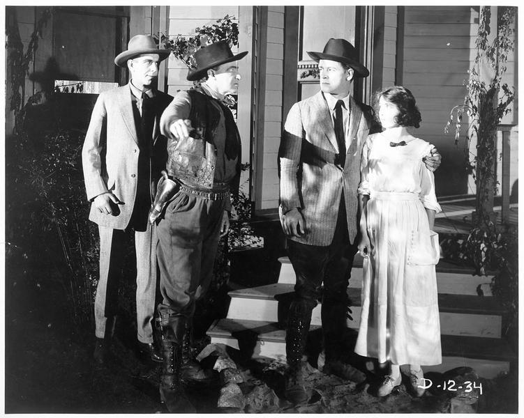 Larry Lannigan (W. Russell) tenant une jeune femme par l'épaule, est prié de s'en aller