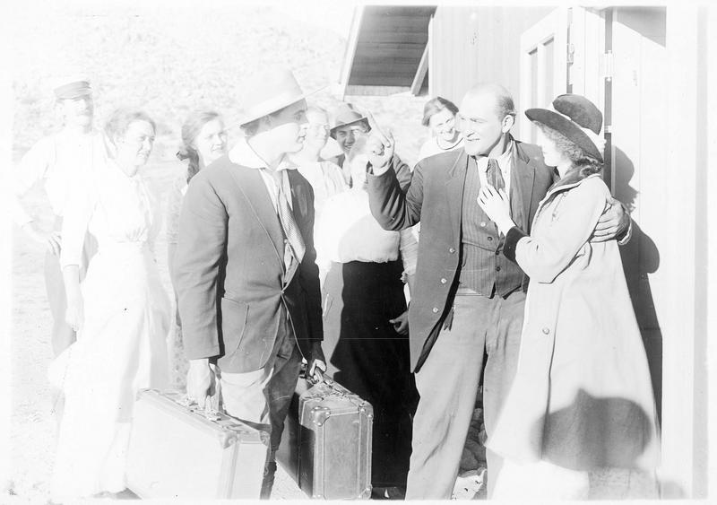 Le shérif (G. Walsh) arrivant avec ses valises et Msquite Mike (E. Lincoln)