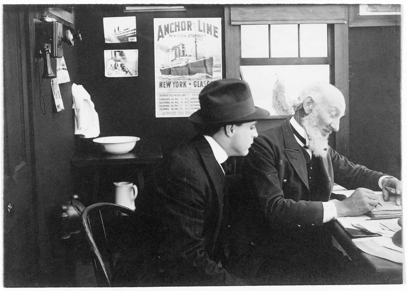 Deux hommes dans un bureau