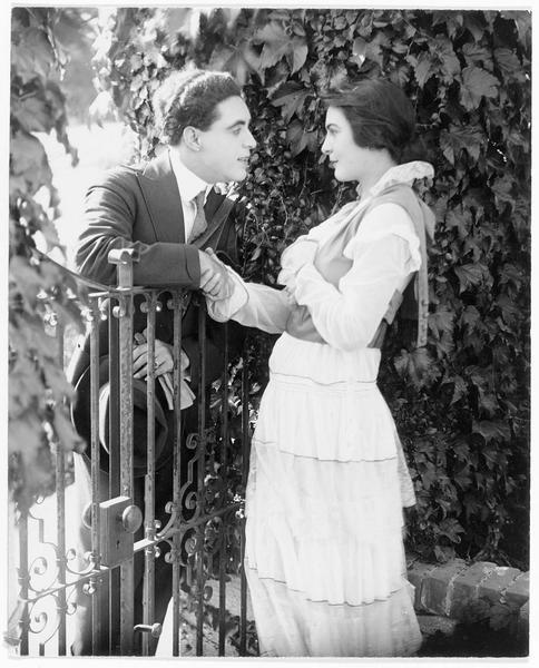 Hawksford (G. Walsh) et Louise Revière (O. Grey) se tenant la main