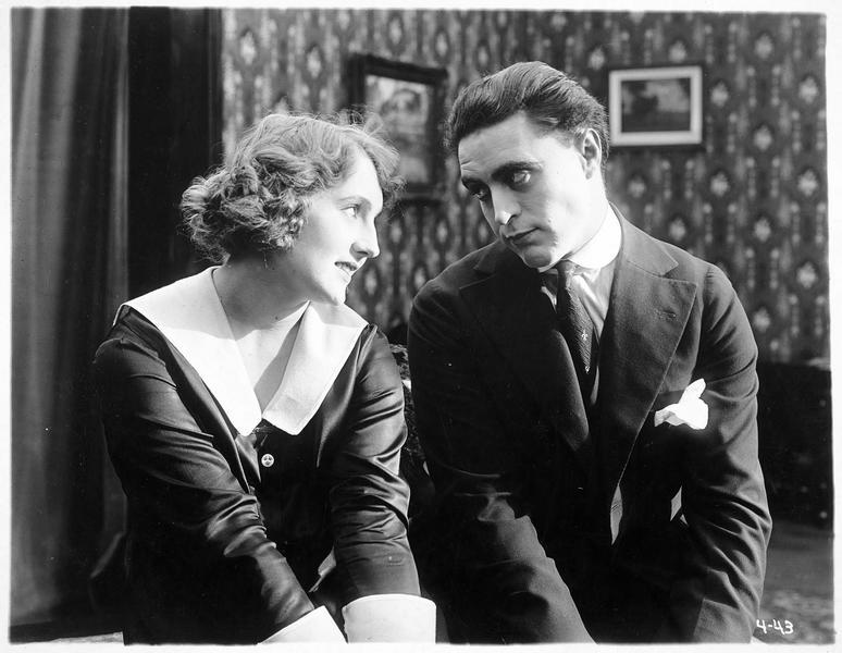Preston Platt (G. Walsh) et Patricia West (D. Pawn)