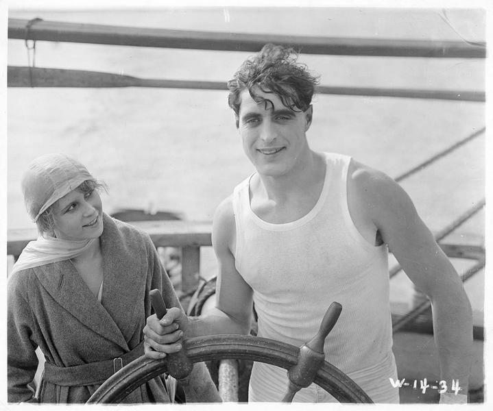 Jack Bartlett (G. Walsh) sur un bateau avec une jeune femme