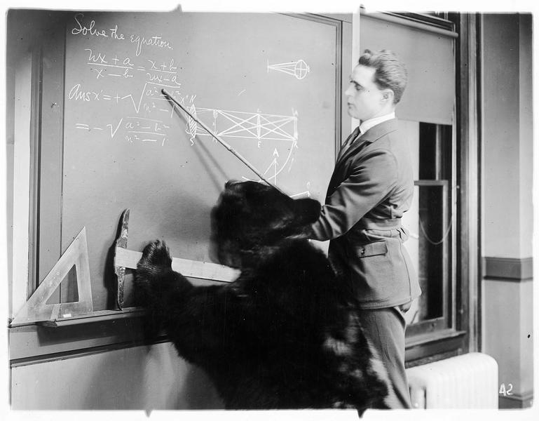 Jack Spurlock (G. Walsh) commentant une équation au tableau
