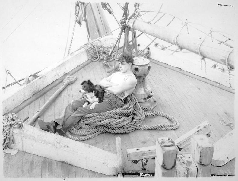 Shark Rawley (G. Walsh) se reposant sur le pont du bateau