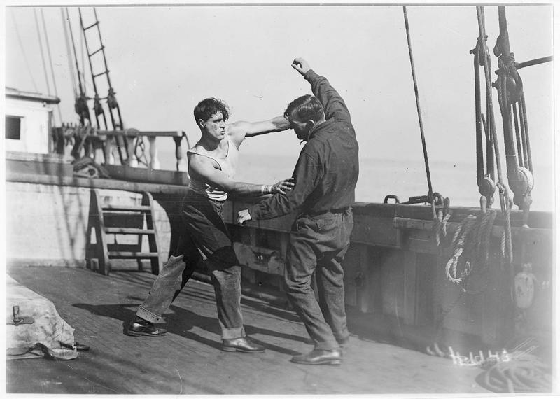 Shark Rawley (G. Walsh) se bagarrant sur le pont du bateau
