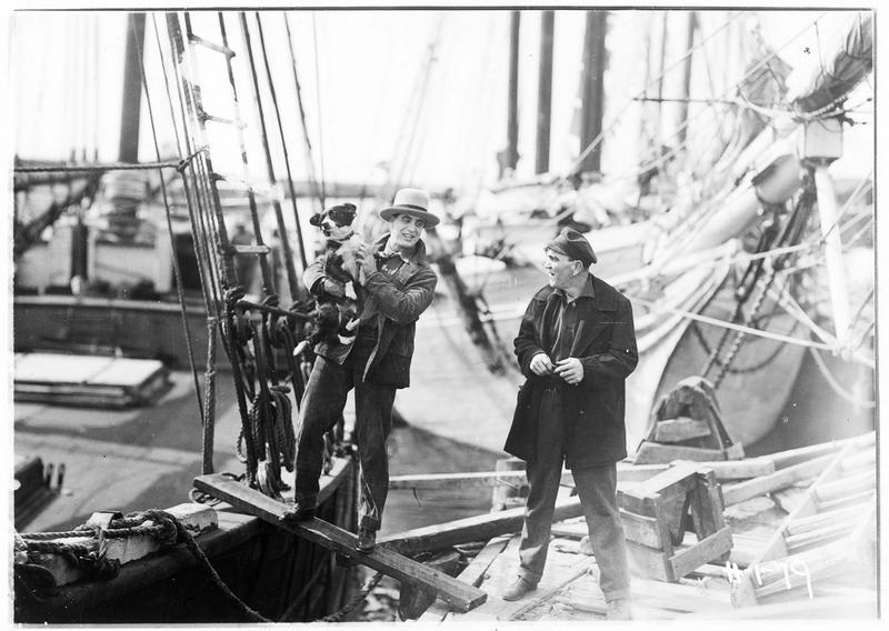 Shark Rawley (G. Walsh) sur le bateau avec son chien