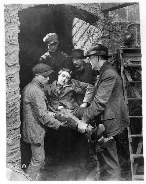 Dave Henderson (G. Walsh) blessé et transporté par quatre hommes