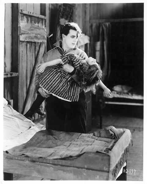 Clay Boone (G. Walsh) tenant dans ses bras une fillette morte