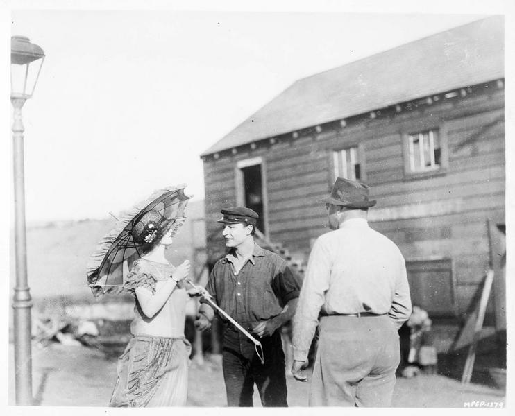 Reginald Barker disant à Barbara Bedford et Robert Frazer ce qu'ils doivent faire pour tourner la scène