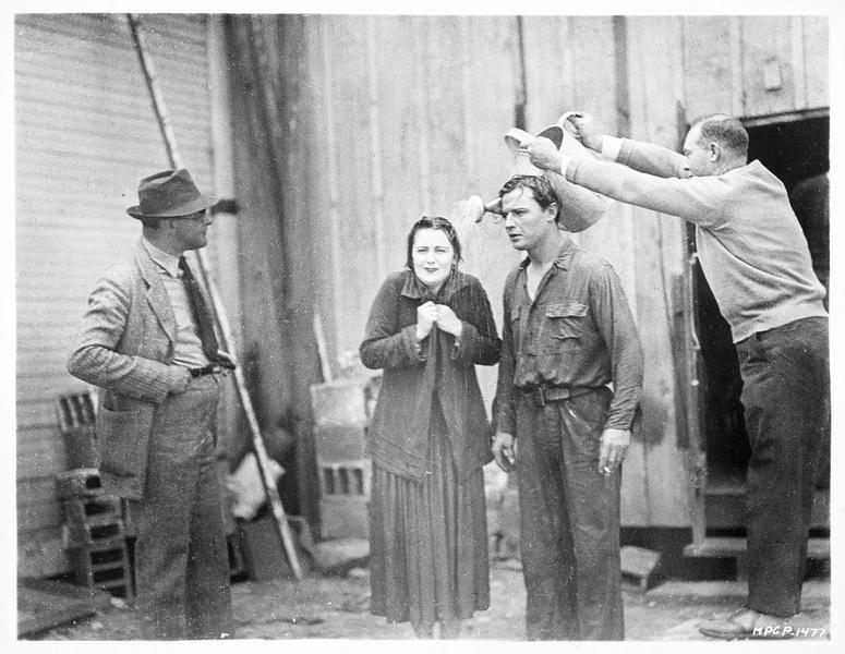 Le cameraman Percy Hilburn en train d'arroser Barbara Bedford