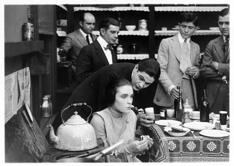 La fille (P. Starke) en train de déjeuner