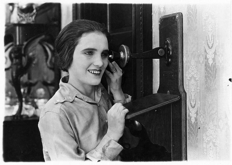 La fille (P. Starke) au téléphone