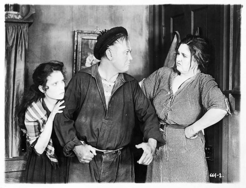 Pegeen O'Barry (P. Starke) assistant à la dispute d'un homme et d'une femme