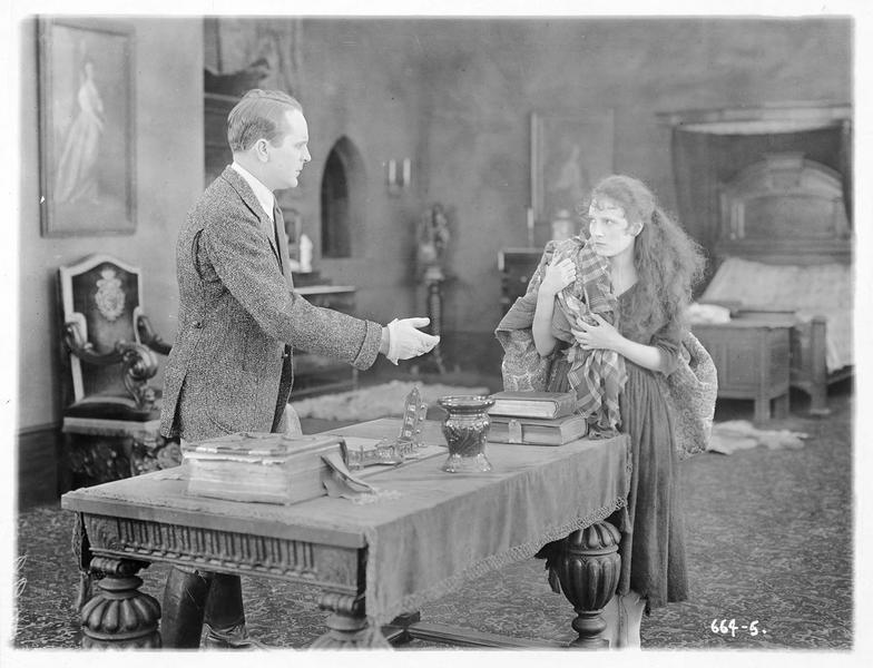 Un homme tendant la main vers Pegeen O'Barry (P. Starke)