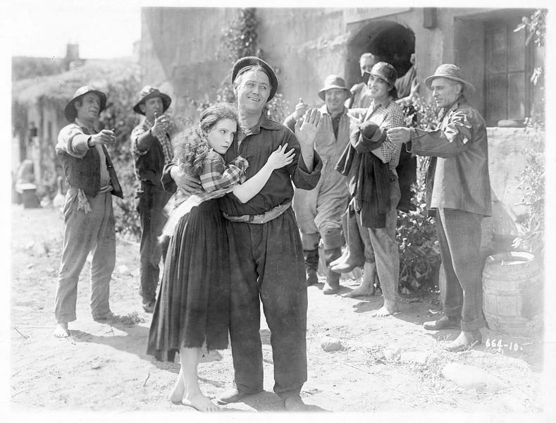 Pegeen O'Barry (P. Starke) se blottissant dans les bras d'un homme