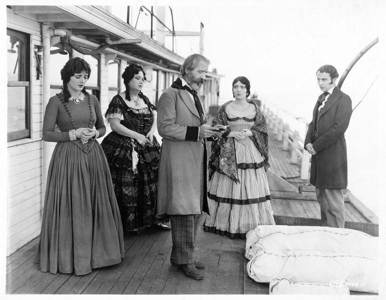 Far Sampson (P. Starke), Martha Joyce (C. Adams) et John Joyce (W. Collier Jr) sur le pont d'un bateau