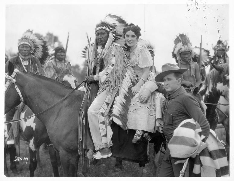 Polly Hopkins (P. Starke) à cheval avec un Indien