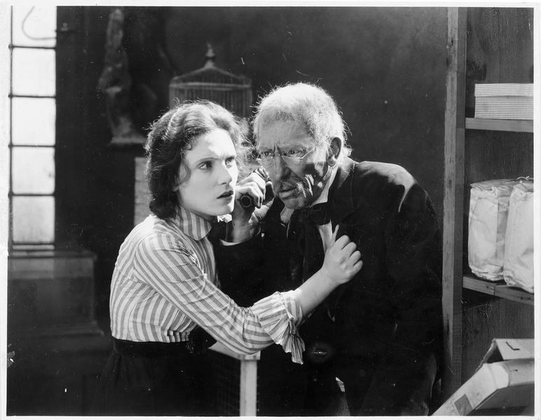 Une femme (P. Starke) et un vieil homme