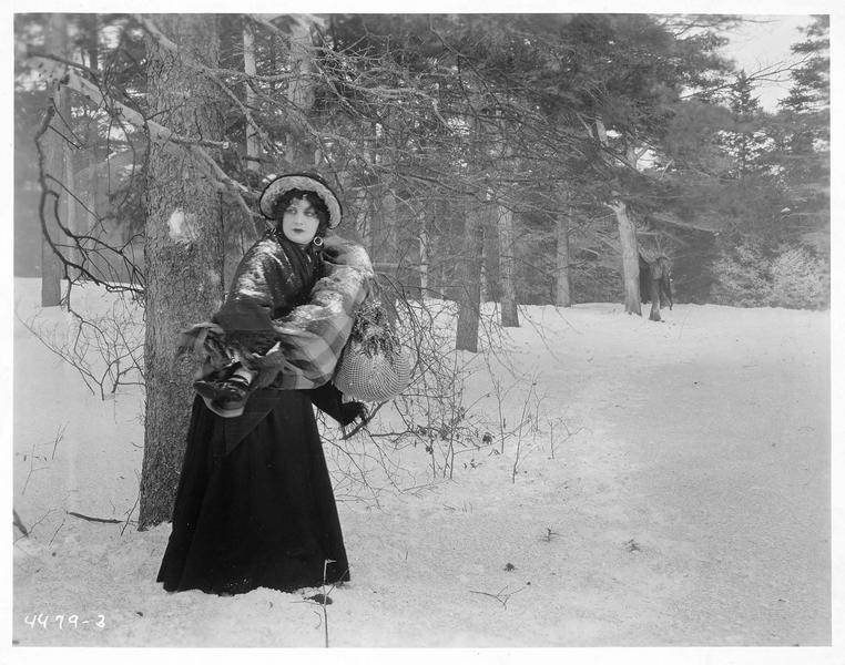 Eliza (M. Fisher) s'enfuyant dans la neige avec une fillette dans les bras