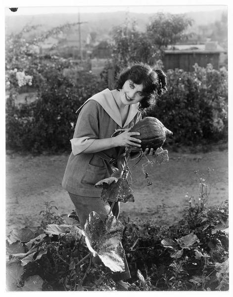 Winnie Davis (M. Fisher) dans le jardin potager