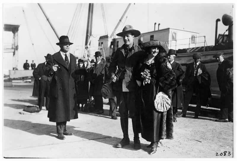 Leila Mead (M. Fisher) et Gilbert Ellis (H. Hilliard) sur le quai du port