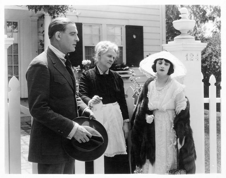 Leila Mead (M. Fisher), Gilbert Ellis (H. Hilliard) et la domestique