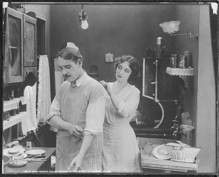 Emma Brooks (P. Frederick) et Jimsy Smith (W. Standing) dans la cuisine