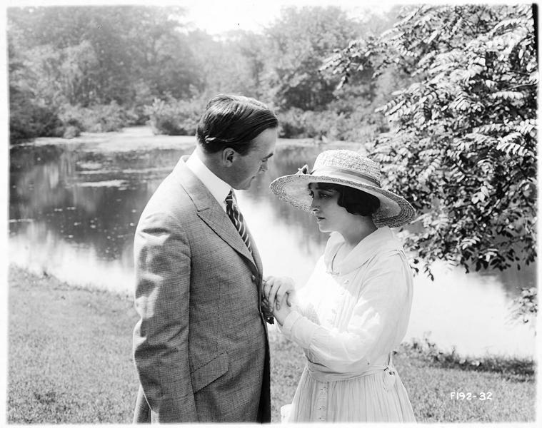 Emma Brooks (P. Frederick) et Jimsy Smith (W. Standing) au bord d'une rivière