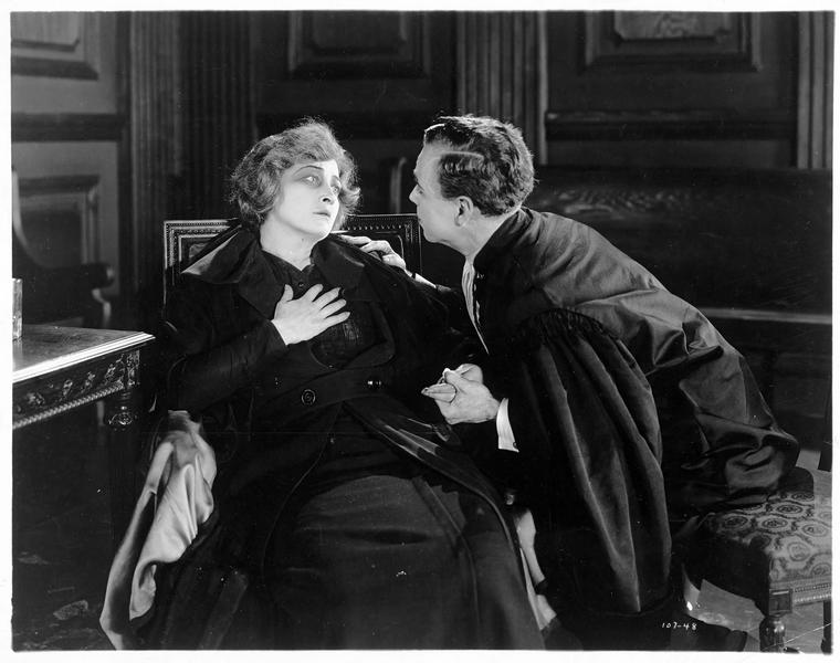 Raymond Floriot (C. Ferguson) disant à sa mère : 'Won't you let me kiss you, Mother ?'
