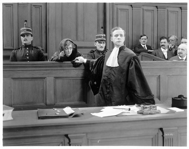 Raymond Floriot (C. Ferguson) défendant sa mère Jacqueline Floriot (P. Frederick) au tribunal