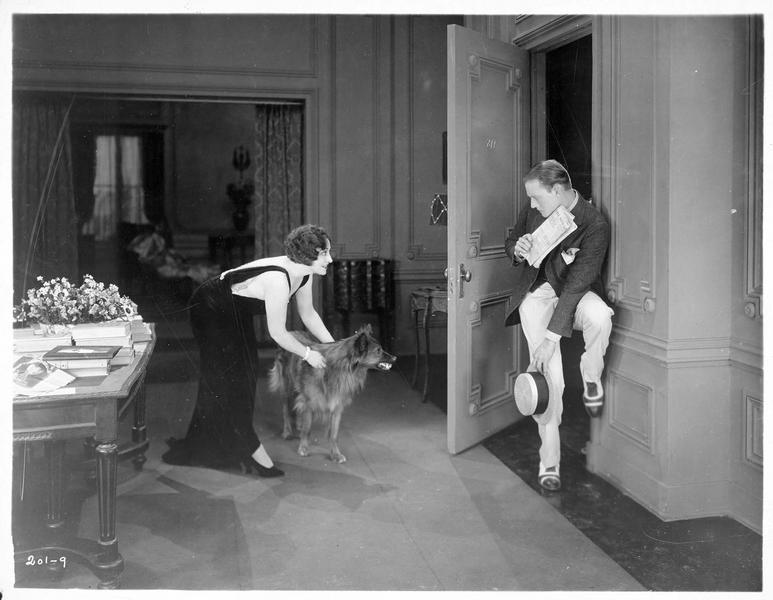 Nellie Wayne (P. Frederick) retenant son chien qui montre les dents à Perley Rex (C. Nagel)