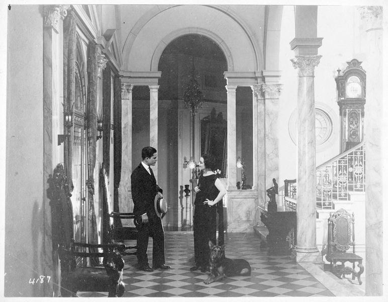 Jane Vale (P. Frederick) et Robert Elliott (M. MacGregor) dans le hall