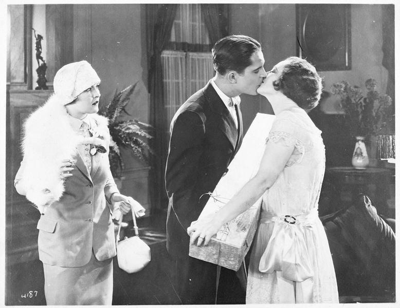 Jane Vale (P. Frederick) et Robert Elliott (M. MacGregor) s'embrassant devant Dorothy Vale (L. La Plante)