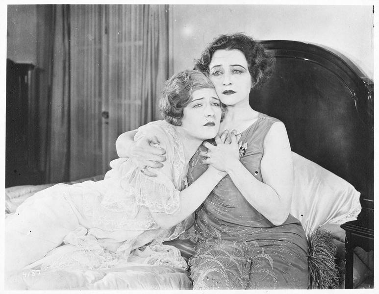 Jane Vale (P. Frederick) consolant sa jeune soeur Dorothy Vale (L. La Plante)