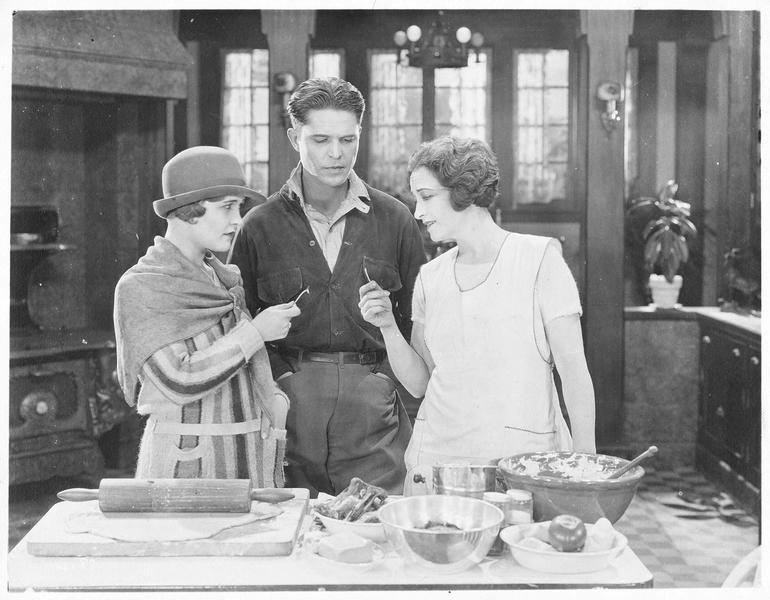 Jane Vale (P. Frederick), Robert Elliott (M. MacGregor) et Dorothy Vale (L. La Plante) dans la cuisine