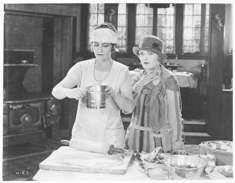 Jane Vale (P. Frederick) et Dorothy Vale (L. La Plante) dans la cuisine