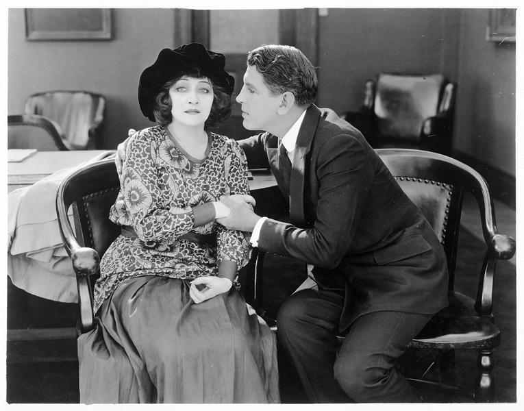 Cassy Cara (P. Frederick) réconfortée par Lennox (A. Roscoe)