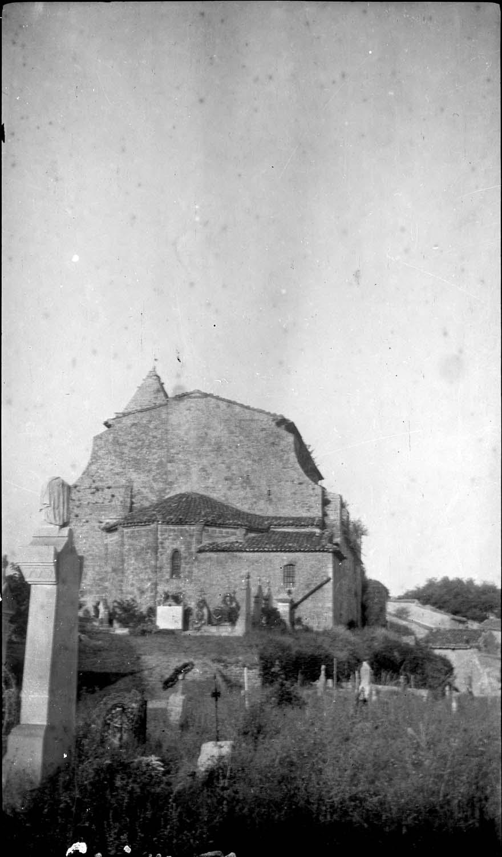 Chevet, le cimetière au premier plan