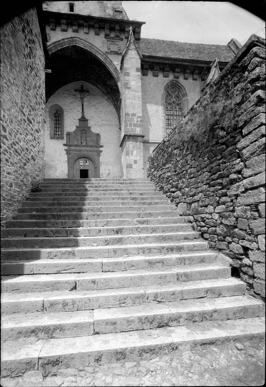 Portail et escalier le précédant
