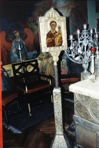 Icône : Mère de Dieu, près de la table d'autel