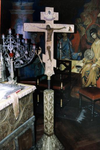 Icône : Christ en croix, près de la table d'autel