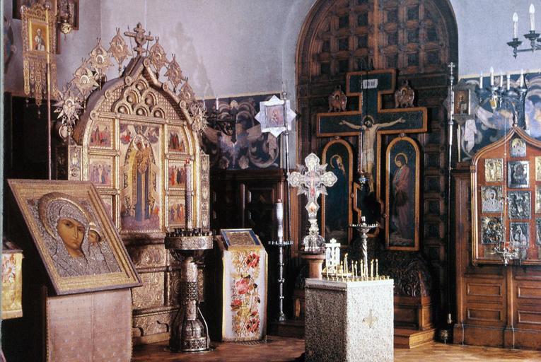 Vue d'ensemble avec plusieurs icônes dont la grande icône polyptyque de La Mère de Dieu, Secours des Affligés