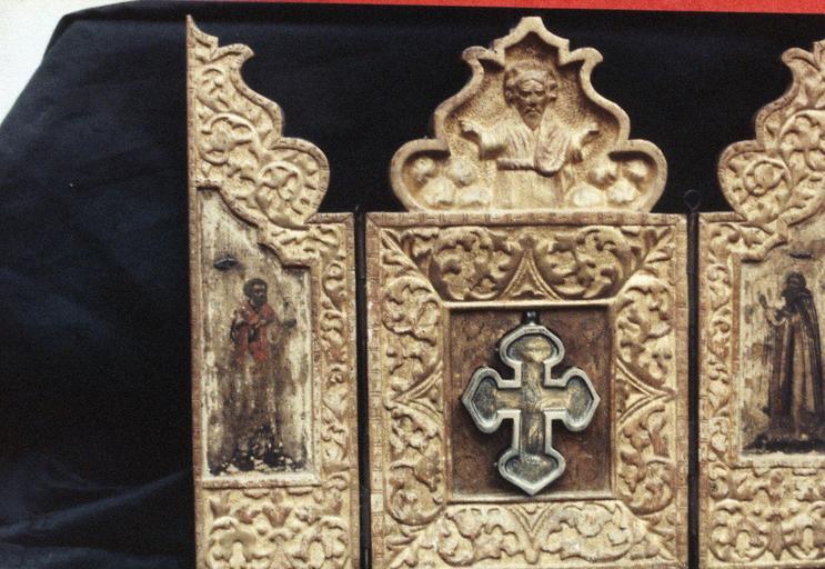 Croix-reliquaire dans un triptyque avec le Calvaire, la Mère de Dieu et l'apôtre Jean, l'apôtre Timothée et un martyr sur les panneaux latéraux